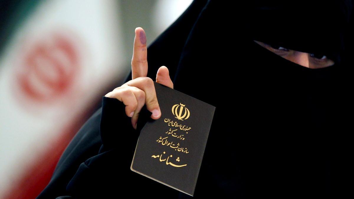 Una mujer yendo a votar en las elecciones presidenciales de Irak.