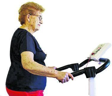 Una mujer haciendo ejercicio en una máquina de caminar.