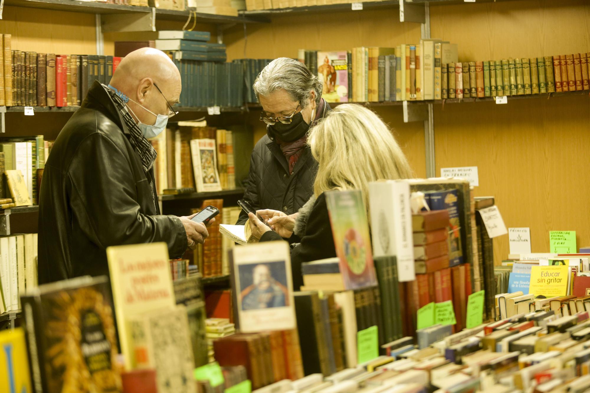 Títulos y buen ambiente en la Feria del Libro Antiguo de València