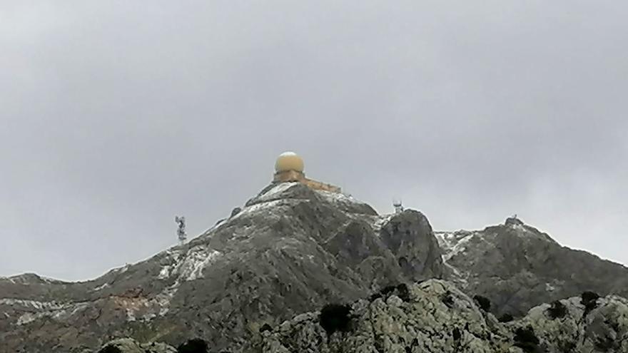 La nieve llega a Mallorca y alcanza la cumbre del Puig Major