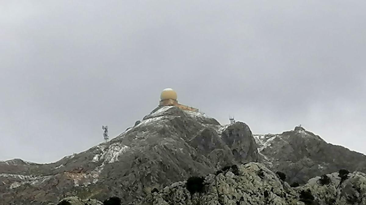 Primeras nieves de la temporada en lo más alto del Puig Major. Imagen tomada unos minutos después de la una de la tarde