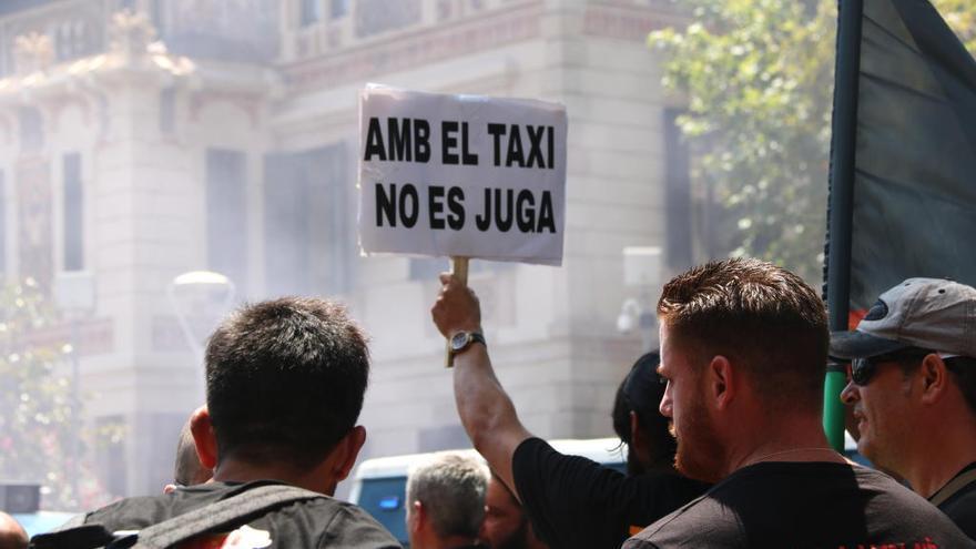 Uber i Cabify suspenen «temporalment» l'activitat a Barcelona i denuncien agressions a conductors