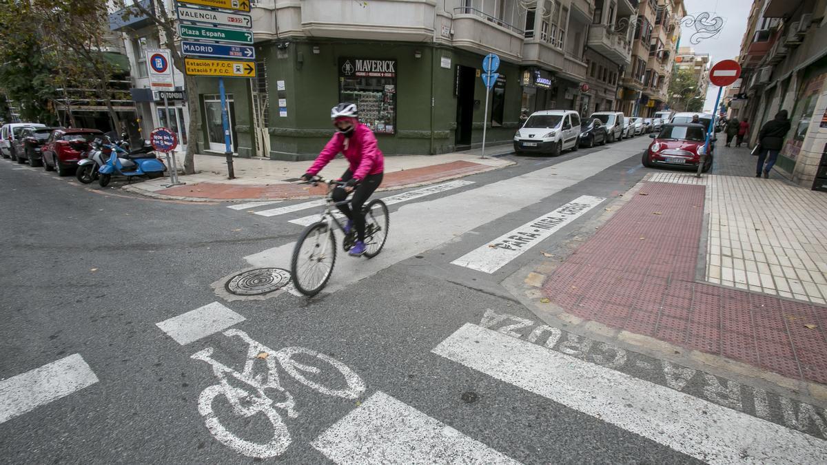 Un ciclista circula por el carril bici en una imagen de archivo