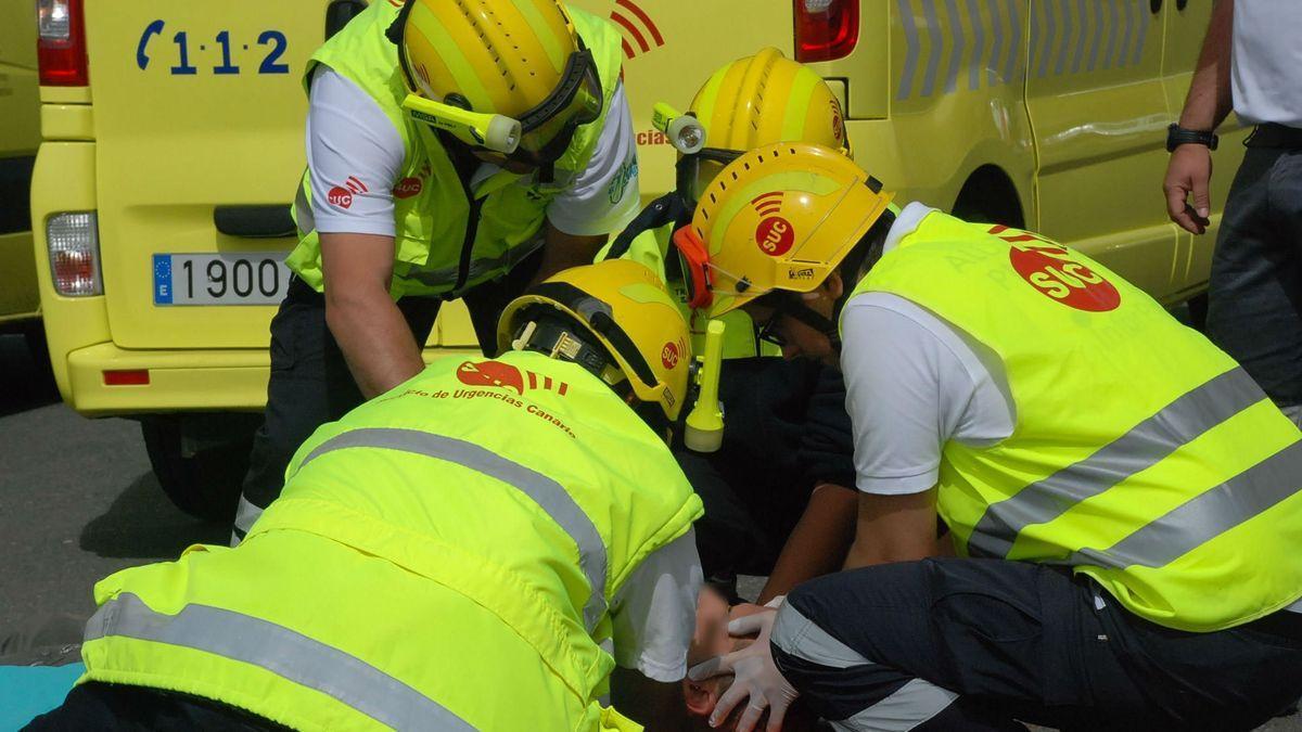 Técnicos del SUC atienden a una víctima de un accidente de coche en Tenerife.