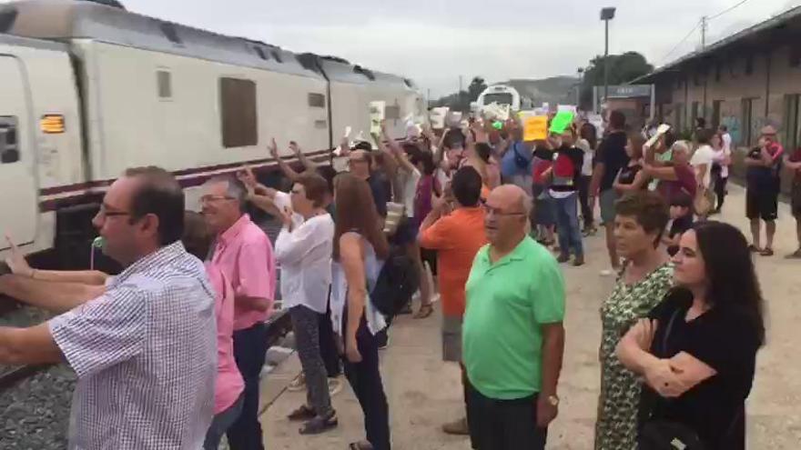 Ciezanos protestan en la estación para que pare el híbrido