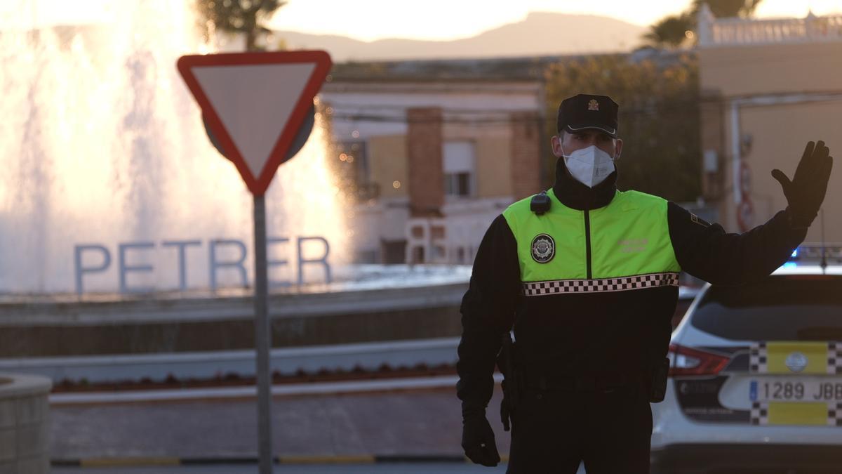 Un agente de la Policía Local de Petrer controlando el acceso a la ciudad en el primer cierre perimetral.