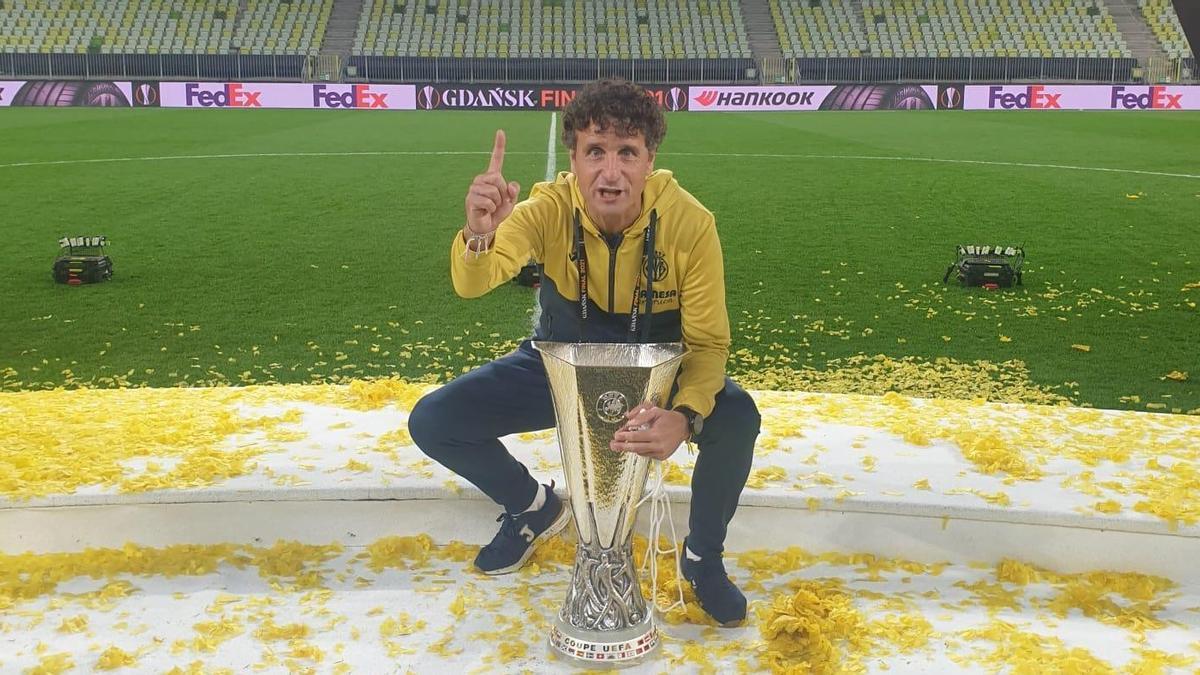 Imanol Idiakez, con el trofeo de la Europa League en Gdansk.