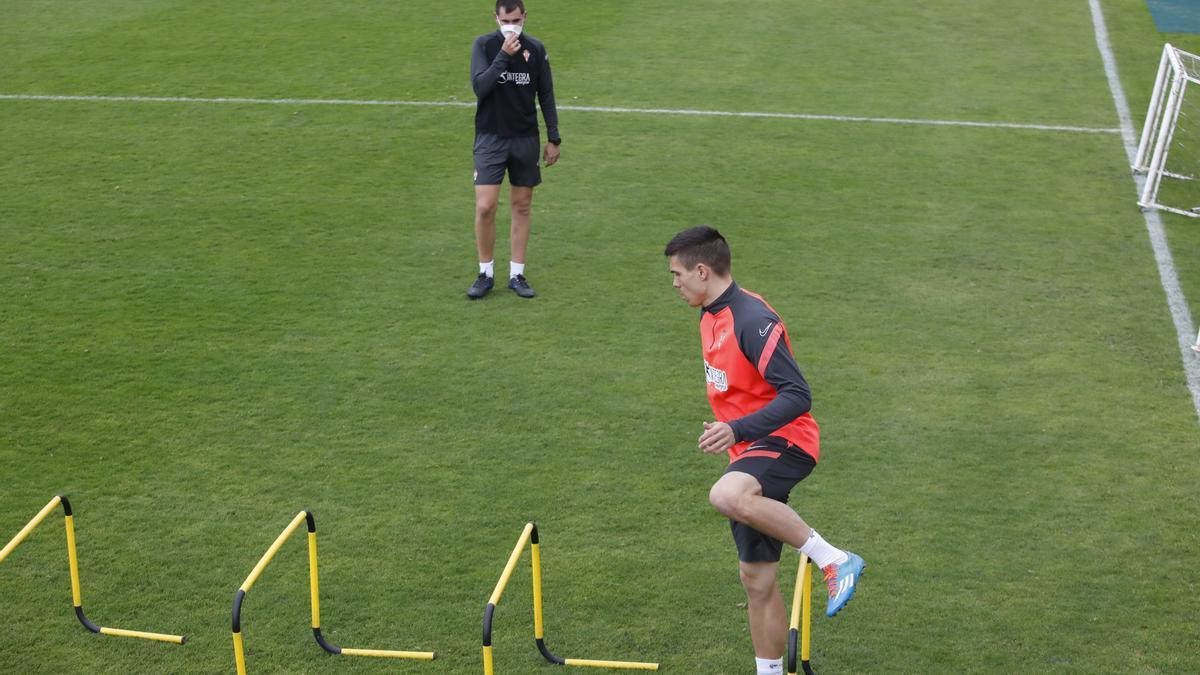 Djuka realiza un ejercicio durante el entrenamiento del Sporting en Mareo.
