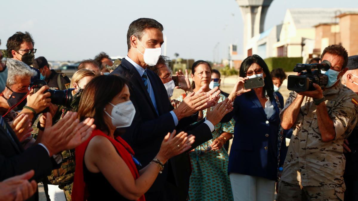 Pedro Sánchez recibe a ciudadanos afganos en Torrejón.