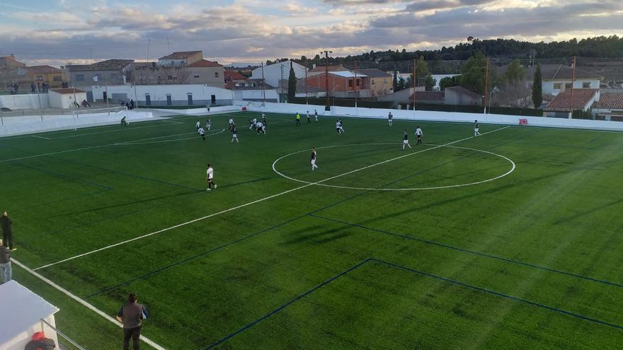 Venta del Moro renueva el césped de su campo de fútbol como medida antidespoblación