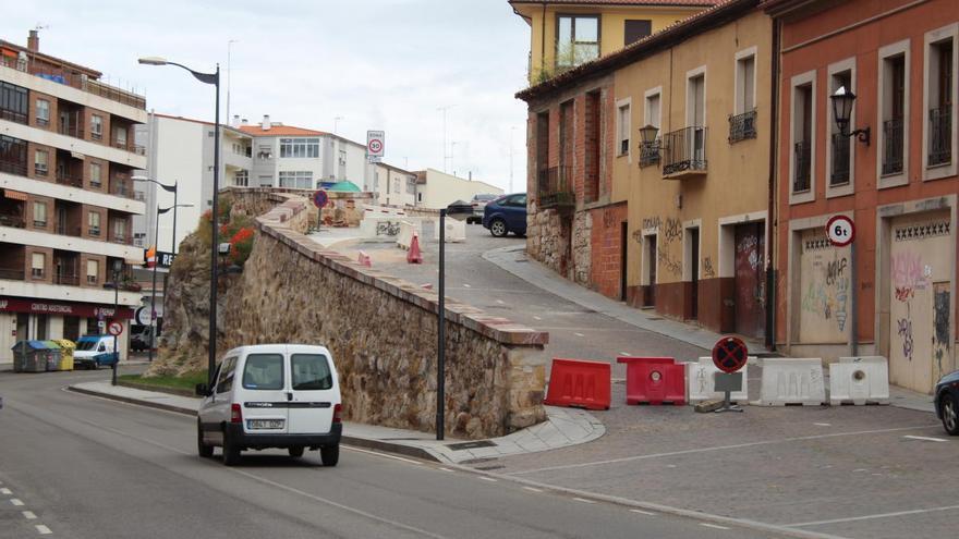 La Cuesta de San Sebastián se reabre al tráfico tras la consolidación del muro de la Ronda de la Feria