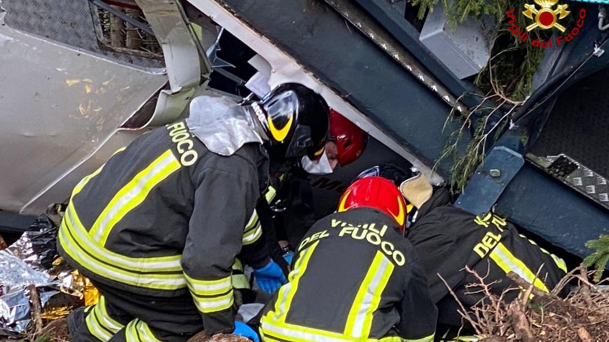 Tres arrestados por la caída del teleférico que causó 14 muertos en Italia.