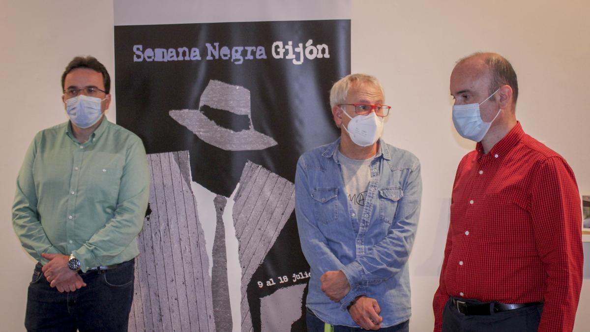 Desde la izquierda, Manuel Ángel Vallina, concejal de Cultura, De la Calle y Pablo Leónl director general de Cultura, ante el cartel anunciador