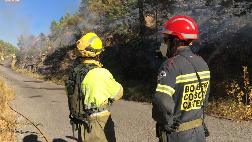 Los bomberos trabajan en la extinción de un incendio forestal en Navajas