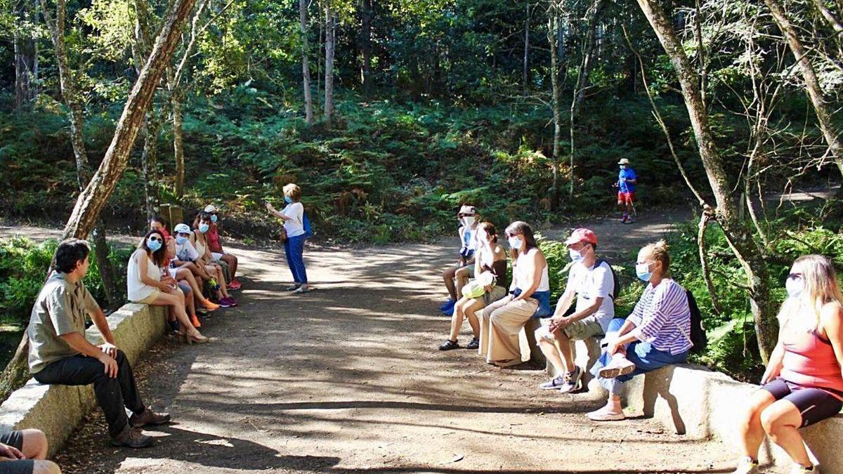 Participantes en una de las rutas desarrolladas por Udra, en Bueu.