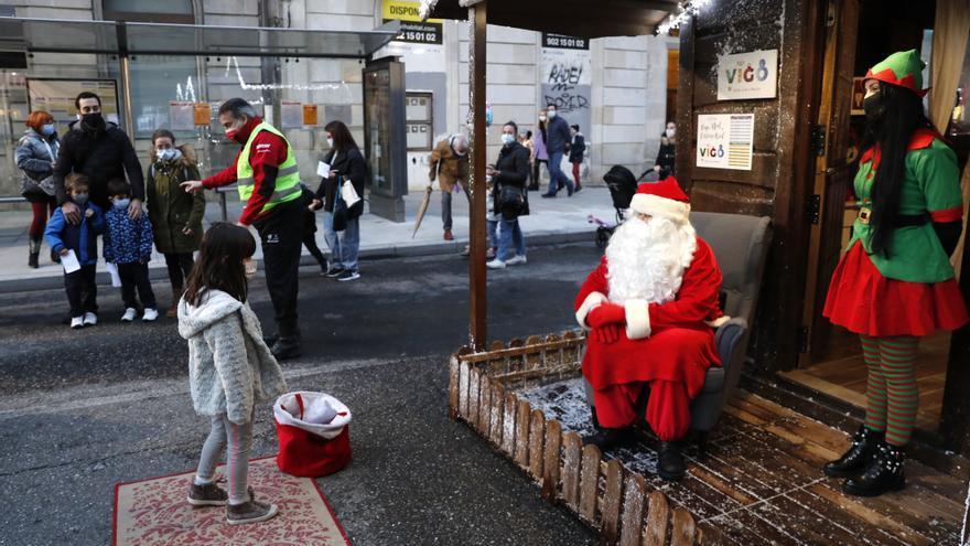 Los niños ya saludan a Papá Noel, pero a distancia