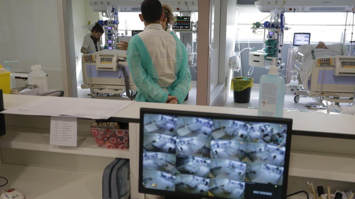Una imagen de archivo de la Unidad de Cuidados Intensivos del hospital Universitario de Cáceres.