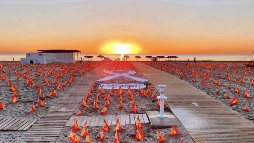Miles de banderas de España en la Patacona