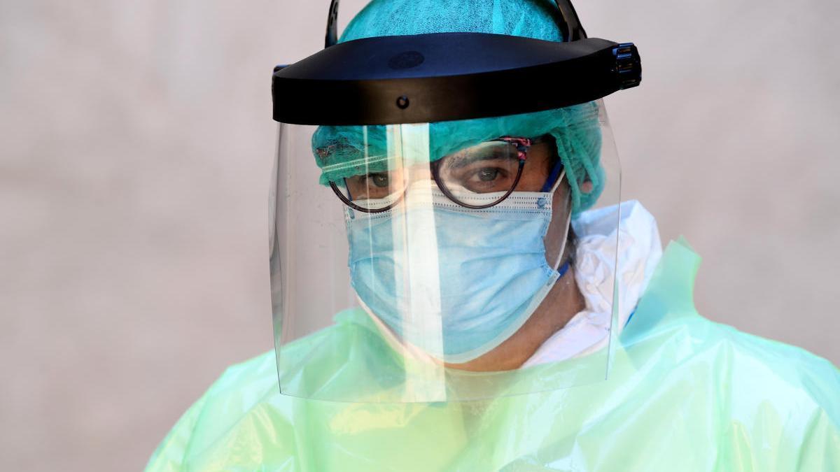 Un médico se prepara para visitar a un paciente a domicilio.