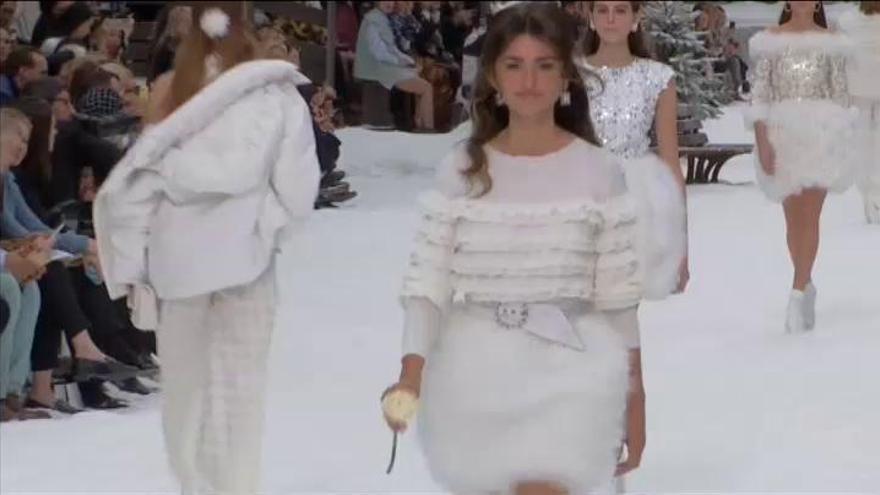 Penélope Cruz participa en el desfile homenaje de Chanel a Karl Lagerfeld