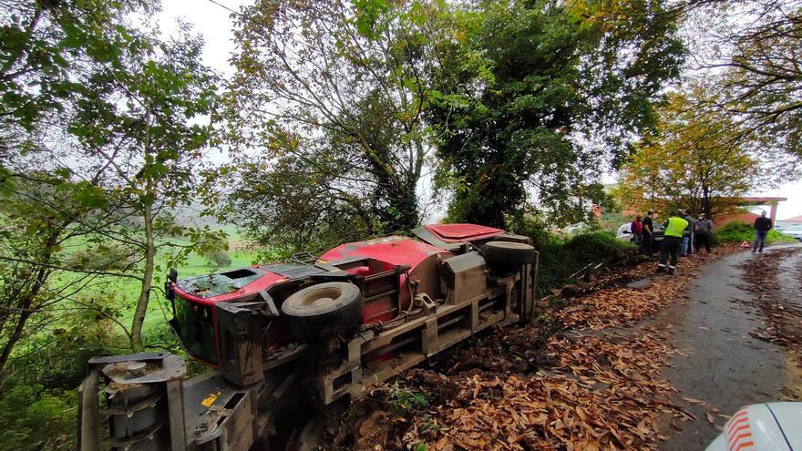 Un carro mezclador sale de la vía en Cristimil