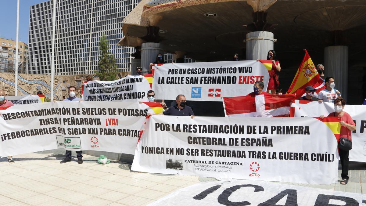 Colectivos reclaman la biprovincialidad de la Región de Murcia frente a la Asamblea Regional.