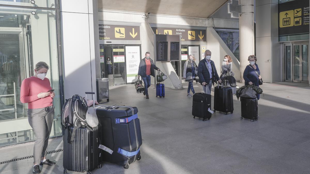 Turistas llegando al aeropuerto de Palma