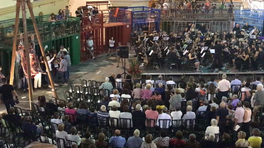 Antitaurinos boicotean la 'Serenata al bou' en Vilafamés