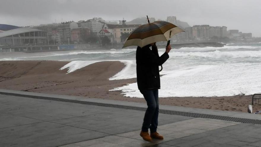 Olas de hasta siete metros de altura invadieron la calzada en el paseo marítimo