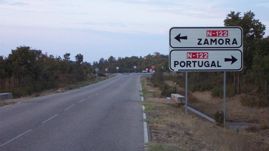 """Malestar vecinal por el """"grave"""" deterioro de la carretera de El Sierro, en Aliste"""