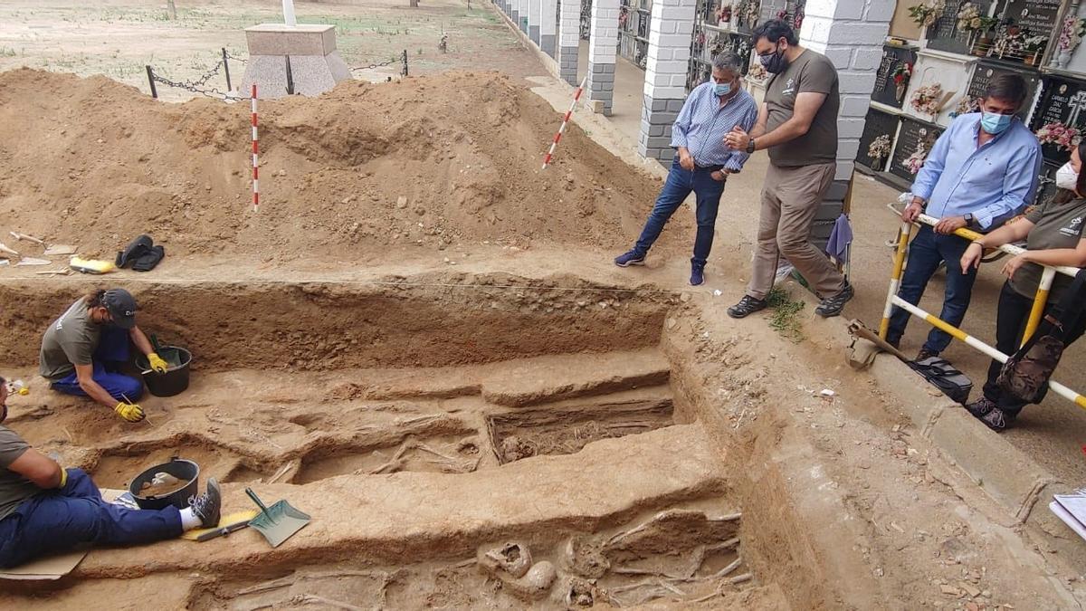 El delegado de Memoria Democrática de la Diputación de Córdoba, Ramón Hernández (segundo por la dcha.), visita los trabajos de exhumación en Hinojosa del Duque.