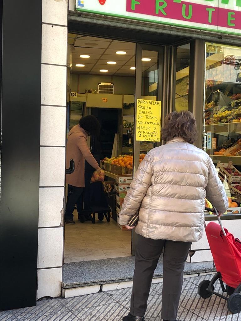Primeras medidas para acceder a los comercios, en marzo de 2020, en Oviedo.