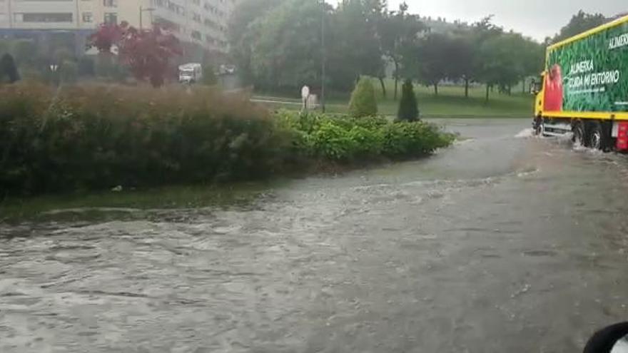 La tromba de agua caída sobre Oviedo inunda la glorieta de Cerdeño