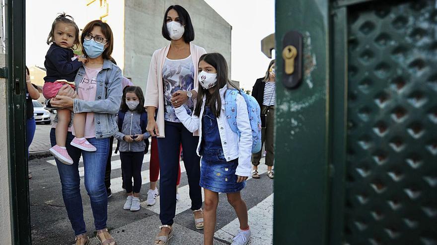 """El """"cole"""" en septiembre: alumnos con mascarilla pero juntos en el patio"""