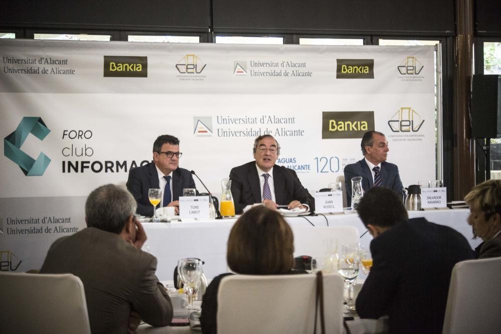 El presidente de la CEOE, Juan Rosell, durante su intervención, con el director del Club INFORMACIÓN, Toni Cabot, y el presidente de la CEV, Salvador Navarro.