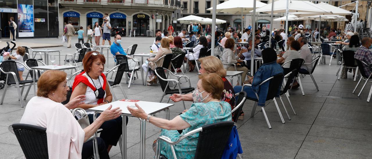 Avilesinos disfrutando de una de las terrazas en la plaza de España.