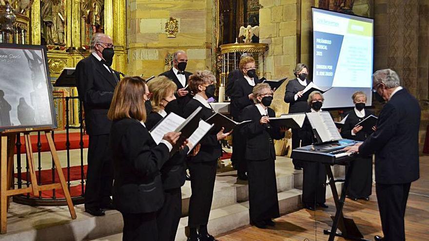 """Una representación de la coral de Benavente entona el """"Preámbulo Musical"""""""