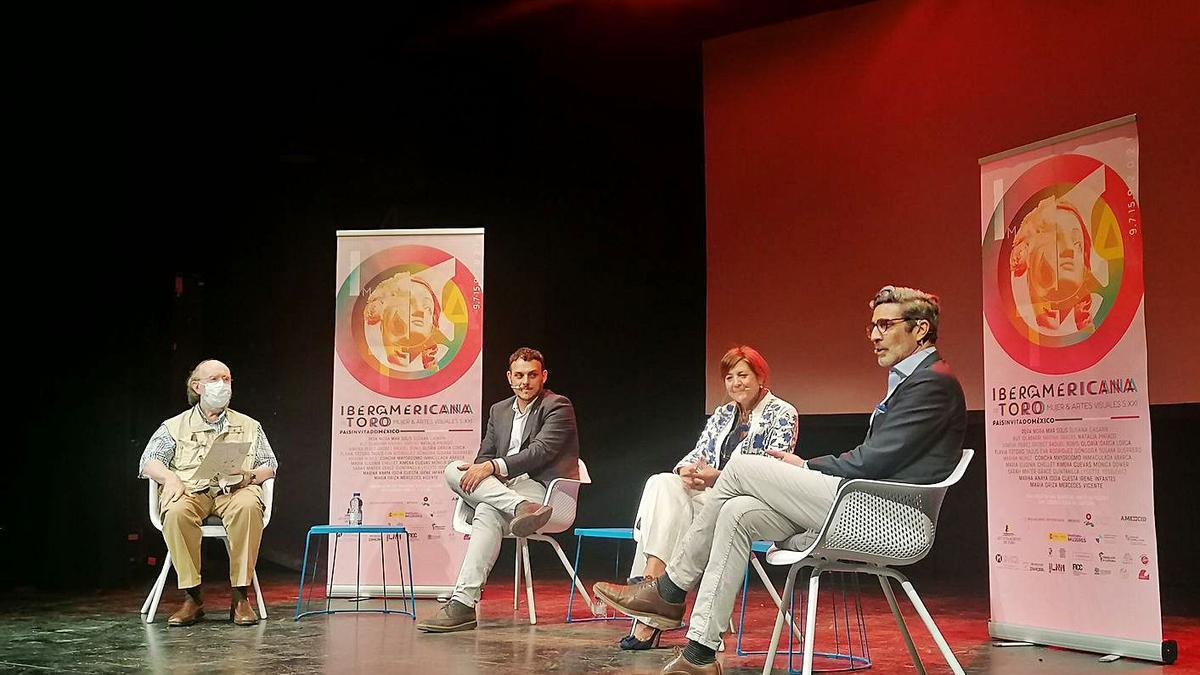 De izquierda a derecha, Díaz, Del Bien, Aldea y Del Campo debaten sobre la cultura y el medio rural.   M. J. C.