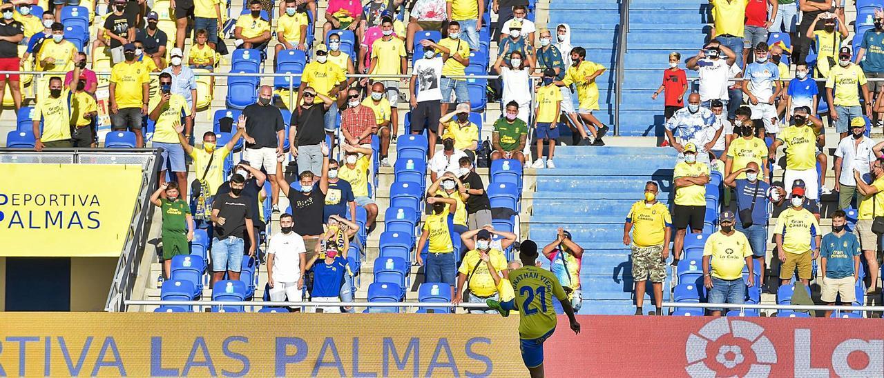 El capitán de la UD Jonathan Viera Ramos regala un balón a la grada Sur del Gran Canaria, el pasado viernes, en los prolegómenos del Las Palmas-Huesca.  | | ANDRÉS CRUZ