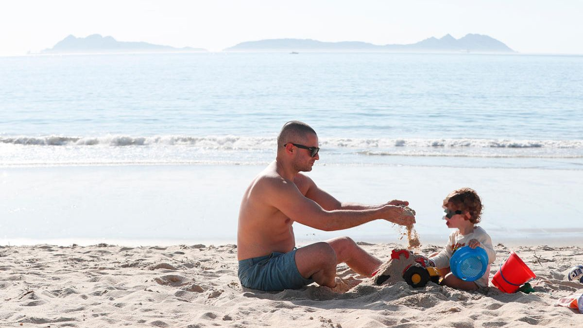 Un padre con su hijo juega en Samil en la fase 1 de la desescalada en Vigo