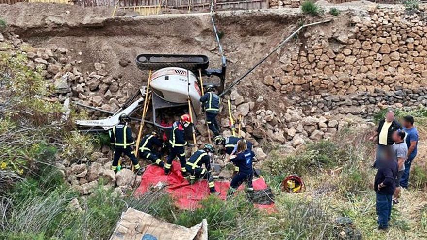 Herido grave en Vilaflor al caer una retroexcavadora por un desnivel