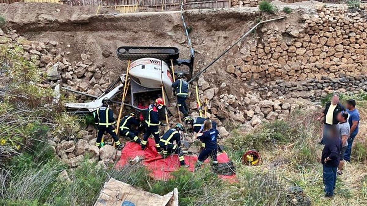 Bomberos rescataron a la víctima, que quedó bajo la retroexcavadora. | | BOMBEROS DE TENERIFE