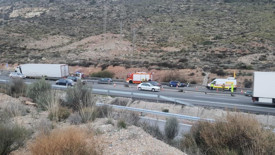 Retenciones de dos kilómetros tras un accidente entre un camión y un coche en el tramo negro de la A-31 de Elda-Monforte