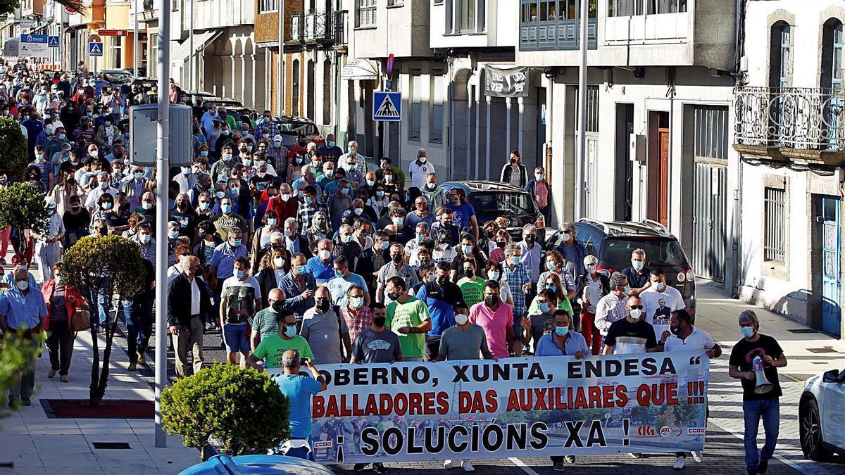 Manifestación para exigir alternativas de empleo ante el cierre de Endesa, ayer en As Pontes.     // KIKO DELGADO