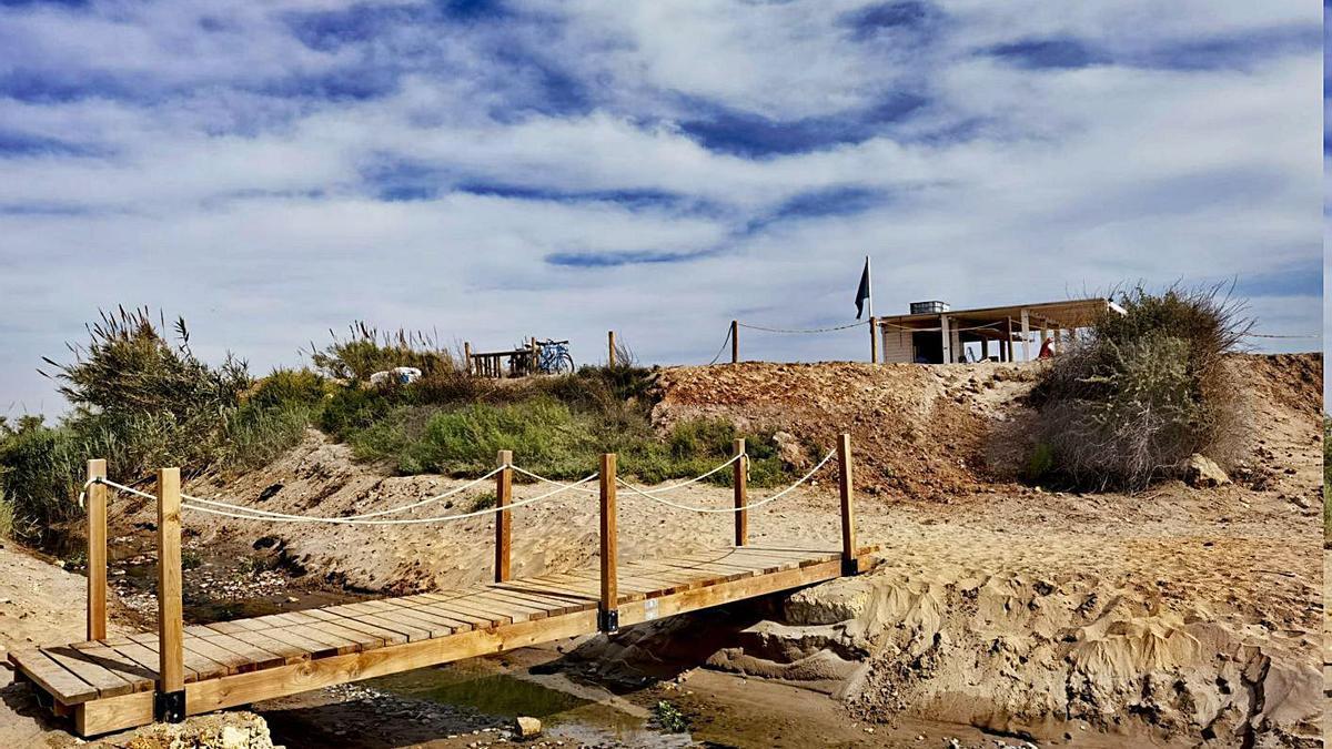 Alboraia: Un chiringuito instala una pasarela para evitar la acequia   B.B.