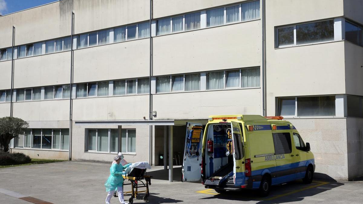 La residencia de mayores de DomusVi en Barreiro durante el traslado de un usuario contagiado al hospital . // Marta G. Brea