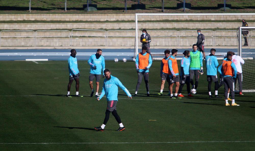 Este martes, numerosos aficionados se acercaban al Estadio de Atletismo para ver todo lo cerca que podían a los jugadores del Real Madrid.