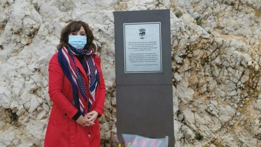Rocío Calderon, junto al ramo de flores depositado ante la plaza en memoria de las víctimas de la desbandá
