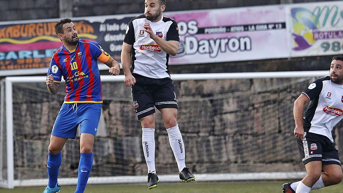 Un jugador del Estradense intenta despejar un balón ante la presión de Yago, del Pontellas. |  // JOSÉ LORES