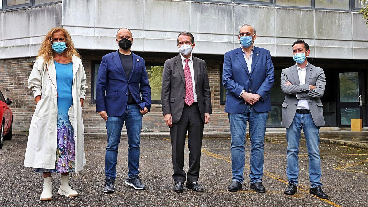 Silva, Regades, Caballero, Reigosa y Díaz, junto al edificio que albergará el nuevo laboratorio .     // M.G.BREA